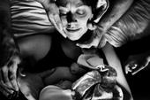 摄影师Jenna Shouldice拍摄了一组记录分娩过程的摄影作品。这一系列作品试图通过记录分...