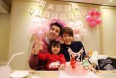 """1日,梁咏琪又在微博中晒出和老公一起为女儿庆生的照片,附文称""""简单的DIY布置、朋友亲手做的蛋糕、加..."""