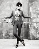 """搜狐娱乐讯 最近流行一句话,叫做""""有一种美叫李宇春的大长腿""""。今日,李宇春为《优家画报》拍摄的时尚封..."""