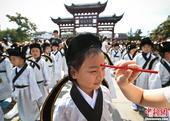 9月1日,一阵阵朗朗的论语诵读声从南京夫子庙广场传来,在这里百余名小学一年级新生正在以祭拜孔子的方式...