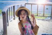 """近日,""""小芈月""""刘楚恬晒出海边度假的照片,她身穿粉色的吊带花裙,头上还别着一朵鸡蛋花,打扮十分具有热..."""