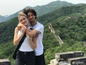 5月29日,帕托在个人社交平台晒出与女友登上长城的照片,在长城上帕托与五星红旗合影,还与女友甜蜜拥吻...