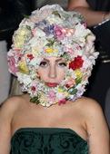 雷母Lady Gaga也不会错失良机,现身伦敦时装周秀场的她一天变换多套衣服,展示其各种百变造型。花...