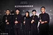 搜狐娱乐讯 台北,6月24日,第28届台湾金曲奖后台,草东没有派对荣膺最佳新人。