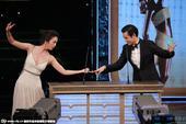 """搜狐娱乐讯 。汤唯、彭于晏颁奖,两人搞笑表演黄飞鸿桥段。汤唯手舞足蹈挑战""""黄飞鸿""""十分有趣。"""
