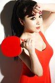 2012年8月6日,北京,2012伦敦奥运会,歌手戴雪儿身穿红色连衣裙舞动球拍,性感撩人助威中国乒乓...