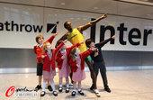 2012年7月12日,博尔特蜡像亮相伦敦希思罗机场,引旅客驻足合影。