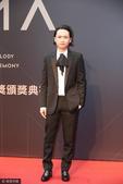 搜狐娱乐讯 台北,6月24日,第28届台湾金曲奖红毯举行,郭顶黑色西装亮相信心满满。