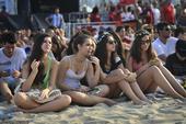 2014年7月1日,巴西,里约科巴卡巴纳海滩人头攒动长腿云集,满眼尽是比基尼美女。世界杯在打造足球...
