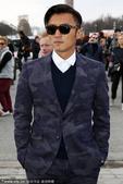 搜狐娱乐讯 当地时间3月4日,香港男星谢霆锋印花西装陪黑超帅气亮相2014巴黎时装周秀场。