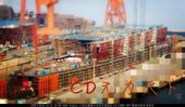 近日,一艘国产大型水面作战舰船的最新进展照片在网络上曝光,可以看到其正在进行分段的吊装工作。