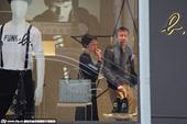搜狐娱乐讯 近日,李心洁与中年男子密会上街购物。上周五,李心洁出席《选战》杀青宴时,神采飞扬、心情不...