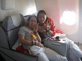 北京时间7月23日,中国女排平安抵达伦敦,即将正式开启奥运征程。图为中国女排队员在旅途中。