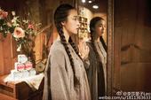 近日,武汉大学校花李莎旻子在微博晒出一组复古文艺气质的照片。照片中她身着灰色麻衣裙,扎起两条麻花辫,...