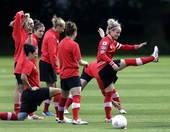 北京时间2012年8月7日,加拿大女足进行赛前训练,备战明天与法国队的奥运会女足铜牌争夺战。更多奥运...