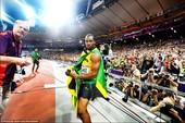 博尔特以19秒32轻松夺得200米冠军,成为奥运历史上同时卫冕男子100米和200米的第一人。赛后,...