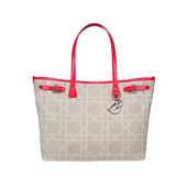 清爽明亮的色彩配上简单款的造型,大量串珠以及立体花朵装饰……来自Dior2013早春度假系列的18款...