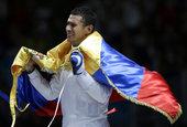 当地时间2012年8月1日,伦敦奥运会男子重剑个人决赛。里马多夺冠,赛后,披上国旗的他激动地流下了眼...