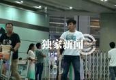 搜狐娱乐讯(风行工作室/图文)近日,搜狐视频在北京机场拍摄到吴奇隆回京,当天,吴奇隆身穿一件...