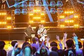 近日,张继科登上《跨界歌王》总决赛的舞台,变身摇滚青年,与叶世荣、黄贯中一起献唱《 不再犹豫》。