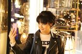 搜狐娱乐讯 日前,甘露一组休闲时尚街拍曝光。街拍照片中,甘露身着机车皮衣、佩戴复古墨镜,清新俏皮编发...
