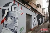 """1月7日,被上海人誉为""""浪漫的马路""""的甜爱路,呈现了中外涂鸦艺术家""""又见爱""""之主题作品。马路两边百米..."""