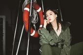 搜狐娱乐讯 近日,蒋欣的一组时尚写真曝光。蒋欣身穿军绿色夹克看起来有点高冷,实际上却美得不由分说,搭...