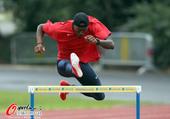 2012年7月19日,2012年伦敦奥运会,美国400米栏选手汀斯利训练备战。