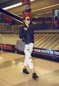 美国时间9月14日,张靓颖抵达纽约,身着Michael Kors黑色皮衣与透视衬衫,搭配白色牛仔裤率...