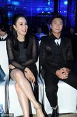 2016年03月16日,上海,奥运冠军邢傲伟出席活动,与女星钟丽缇热聊不止。