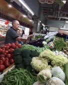 4月22日,网友在买菜时碰到恒大主帅斯科拉里也在购物。图片中的斯科拉里依旧往日严肃的形象。恒大周中将...