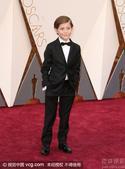 搜狐娱乐讯 第88届奥斯卡颁奖礼举行, 《房间》小男孩雅各布-特伦布莱帅气亮相。