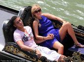 2012年6月25日消息,意大利威尼斯,斯马林与女友水城泛舟度假,山姆-库克船上劈腿豪放不羁。