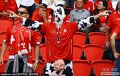 本届法国欧洲杯以葡萄牙夺冠而最终落幕,现在我们来盘点一下球迷的那些奇葩装扮。