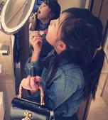 搜狐娱乐讯 黄磊一家奔赴香港度假啦!多妹一身潮装照镜子涂口红,戴着墨镜酷酷哒!