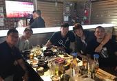 北京时间7月11日,目前正在征战NBA夏季联赛的两名中国球员周琦、丁彦雨航在美国相聚,两人一起吃起烤...