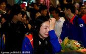 当地时间2012年8月11日,韩国女剑手申雅岚归国仍感委屈,机场崩溃痛哭。更多奥运视频>> 更多奥运...