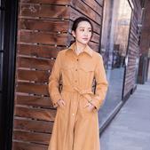 搜狐娱乐讯 近日,王鸥曝光了一组街拍大片,身材高挑的王鸥穿着了一件今年流行的大地色系的纯色长款风衣,...