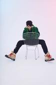 《中国有嘻哈》Hip-Hop人气选手朱星杰最新写真曝光。具有奢华感的绿色卷毛外套搭配黑色休闲运动裤,...