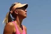 北京时间2012年7月26日,俄罗斯网球美女莎拉波娃在全英草地场进行适应性训练,场边两位士兵驻足观看...