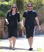 """日前,""""蝙蝠侠""""克里斯蒂安-贝尔携孕妻情侣装亮相,两人着休闲黑衣,十指相扣甜蜜恩爱。"""