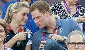 近日,哈里王子与伦敦奥运会场地自行车争先赛冠军劳拉-特洛特约会,一同观看沙滩排球比赛。金发碧眼的美女...
