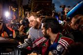 北京时间2016年8月19日,美国游泳队队员离开里约警察局,就罗切特报假案接受记者采访。