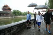 2017年8月12日,北京,拳王帕奎奥中国行迎来北京站第二天的活动,清晨伴着细雨帕奎奥在故宫角楼外慢...
