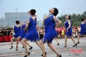 7月14日,河南各地普遍高温,在汝南天中山公园正在举行广场舞大赛,300名大妈齐跳广场舞秀火辣身材,...