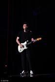 搜狐娱乐讯 台北,6月24日,第28届台湾金曲奖现场,李荣浩献唱摇滚新势力组曲,嗨翻全场。
