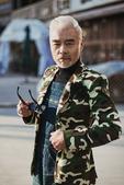 搜狐娱乐讯  近日,实力派老戏骨张双利的一组街拍照片曝光,两组别具特色的造型潮范儿十足,配合他独特的...