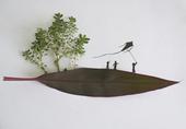马来西亚艺术家 Tang Chiew Ling 巧妙地用绿色植物,加以手绘,云淡风轻地描绘人生的故事...