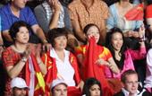 北京时间2012年8月5日,羽毛球男子单打决赛林丹对阵李宗伟,莫文蔚与林丹家人现场助威。更多奥运视频...