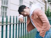 搜狐娱乐讯  今日,许魏洲新歌《忘了我吧》 MV中一组浪漫又唯美的回忆镜头画面公开。镜头中许魏洲时而...